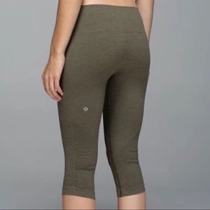 Size 4 Lululemon in the flow seamless crop